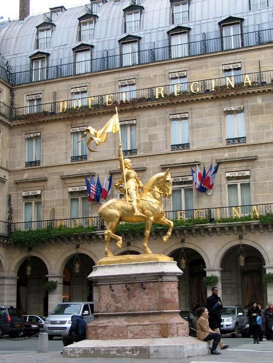 Улица Риволи - статуя Жанны Дарк