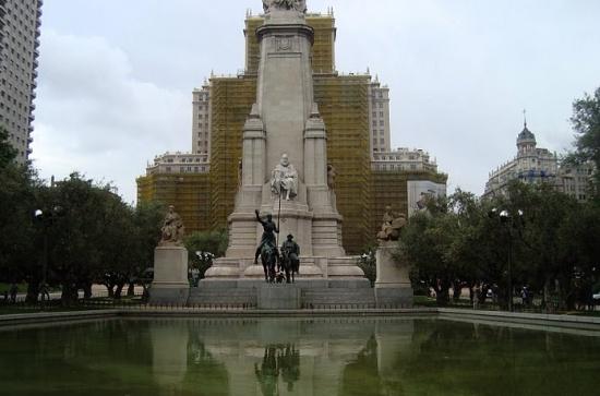 Памятник Сервантесу на площади Испании в мадриде
