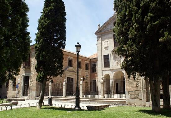 вид монастыря Энкарнасьон снаружи