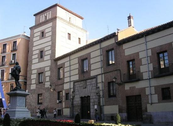 самое старое здание Мадрида Торре-де-лос-Луханес на улице Гран-Виа