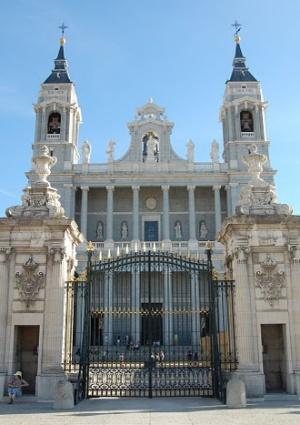 ворота собора Альмудена