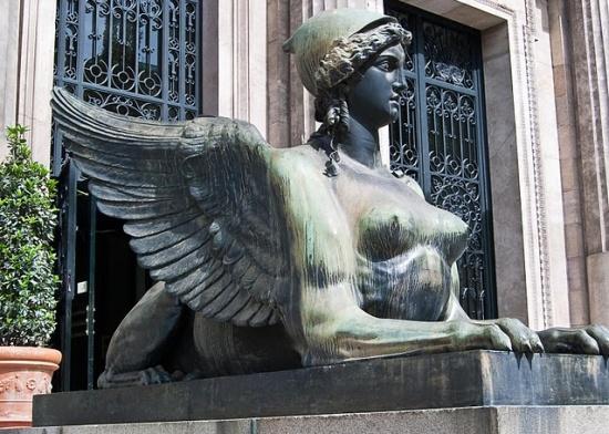 скульптура у входа в Национальный археологический музей в Мадриде