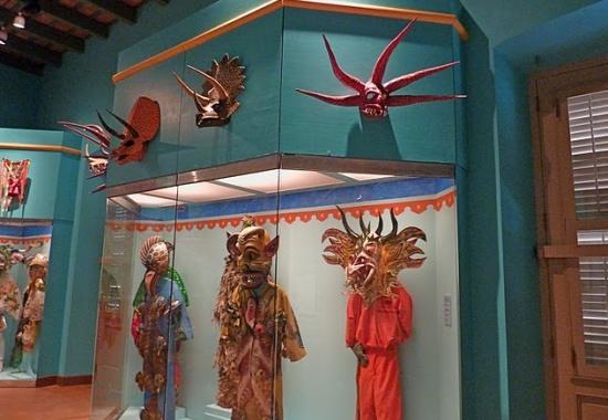 карнавальные костюмы в Музее Америки