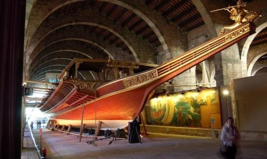 старинный корабль в Морском музее в Мадриде