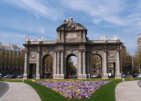 клумбы с цветами перед Воротами Алкала