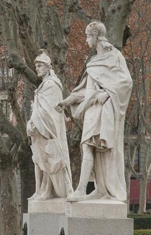 скульптуры на Восточной Площади в Мадриде