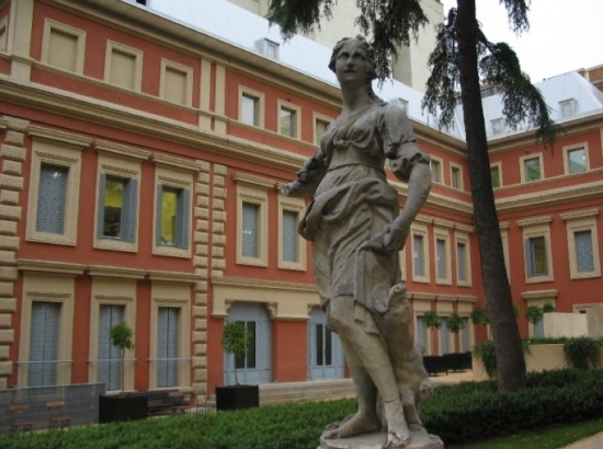 скульптура во дворе музея Ласаро Гальдиано