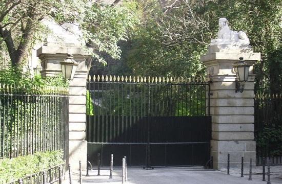 ворота у Дворца Лирия