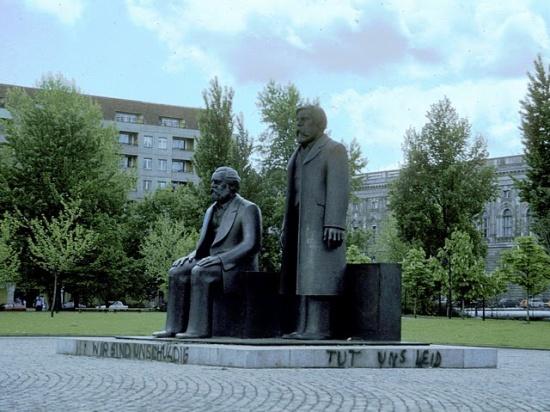 памятник Марксу и Энгельсу на улице Унтер-ден-Линден
