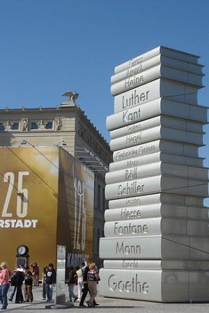 памятник возле Старой библиотеке в Берлине