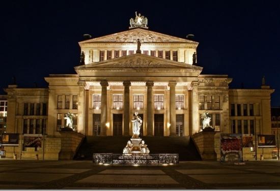 здание Старой библиотеке в Берлине ночью