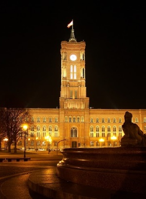 Красная ратуша Берлина ночью