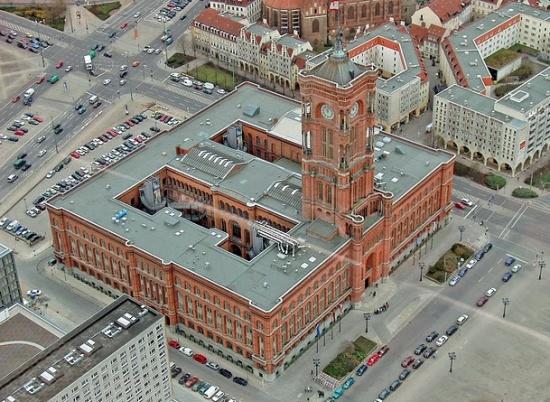 Красная ратуша в Берлине вид сверху