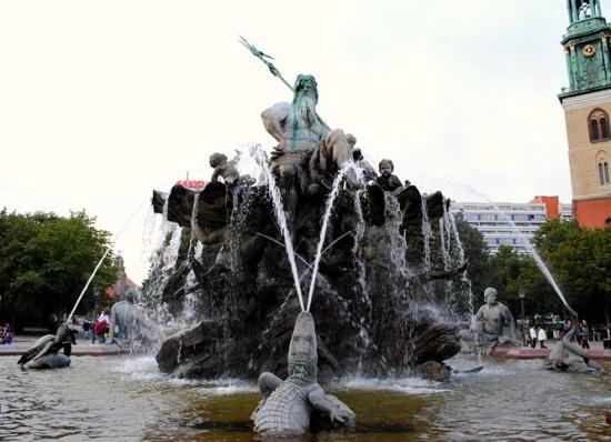 работающий Фонтан Нептун в Берлине