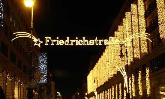 неоновая вывеска на улице Фридрихштрассе