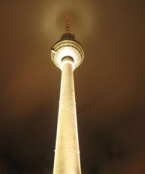 Берлинская телебашня ночью