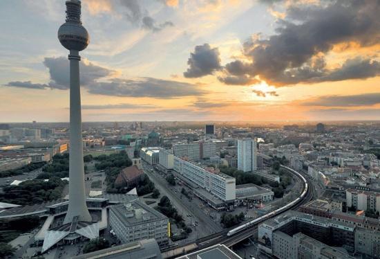 Берлинская телебашня на фоне города