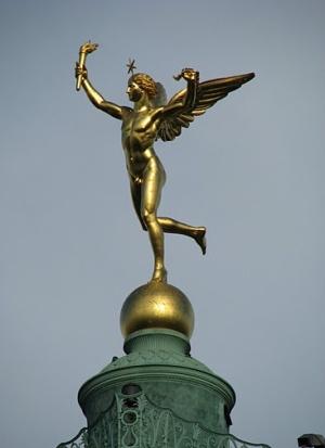 скульптура на вершине июльской колонны