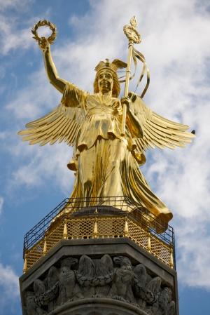 скульптура на вершине Колонны Победы
