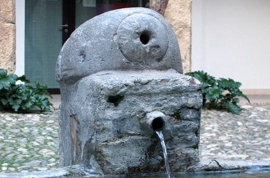 фонтан в Угольном дворе в Гранаде