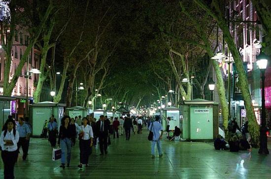 улица Рамбла в Барселоне ночью