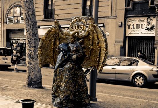 живые скульптуры на улице Рамбла в Барселоне