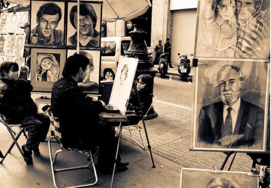 художники на улице Рамбла в Барселоне