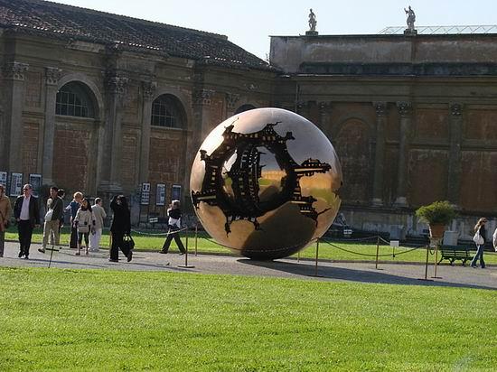 Золотой шар Ватикана