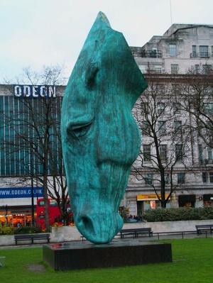голова лошади у Мраморной арке в Лондоне