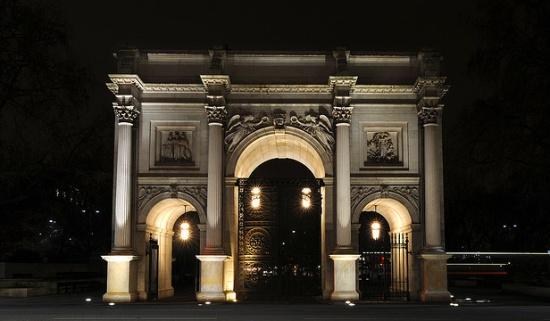 Мраморная арка ночью
