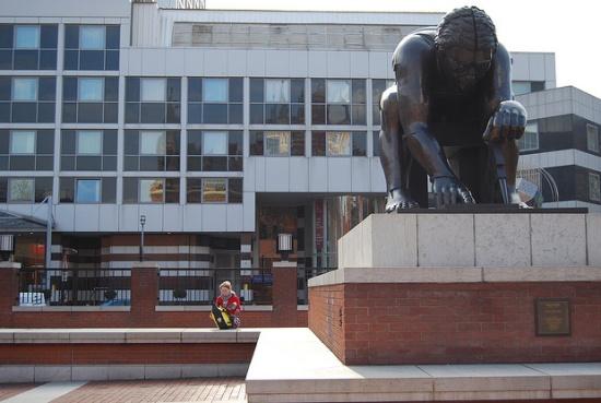 памятник возле Британской библиотеке