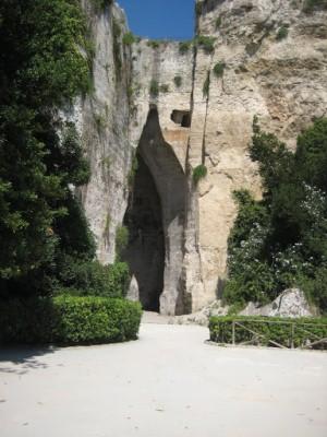 Ухо Дионисия вход в пещеру