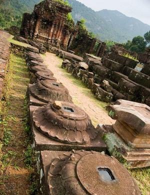 На территоии святилища Ми-Сон во Вьетнаме