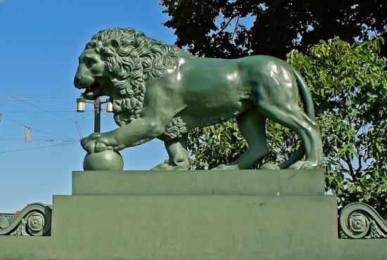 Скульптура на Дворцовом мосту в Санкт-Петербурге
