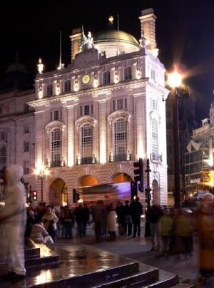 Площадь Пикадилли ночью
