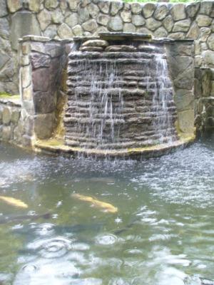 Водопод у родника Наташа в Геленджике