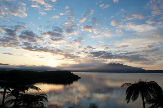 Восход на озере Таравера в Новой Зеландии