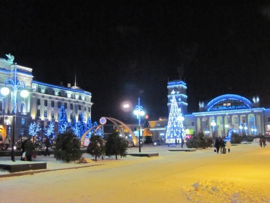 Привокзальная площадь в Харькове ночью