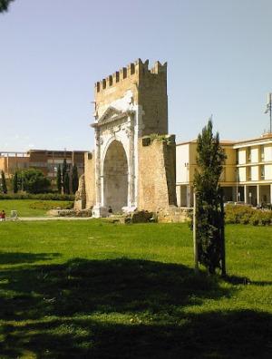 Арка Августа и фрагмент крепостной стены