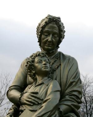 Памятник Пушкину сбабушкой в деревне Захарова