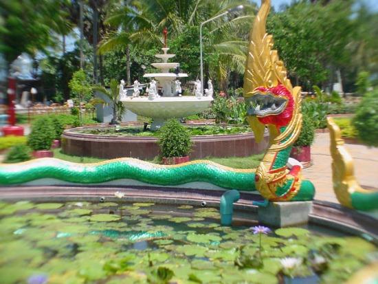 На территории храма Ват Чалонг