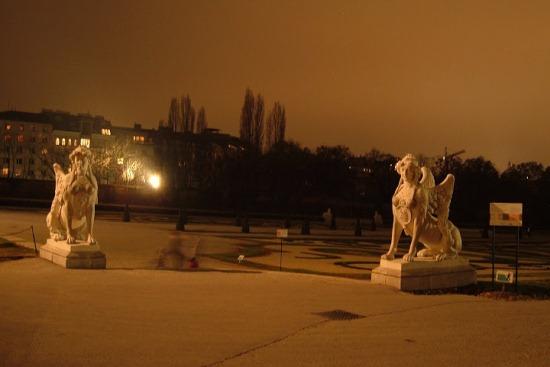 Бельведер, скульптуры вокруг дворца