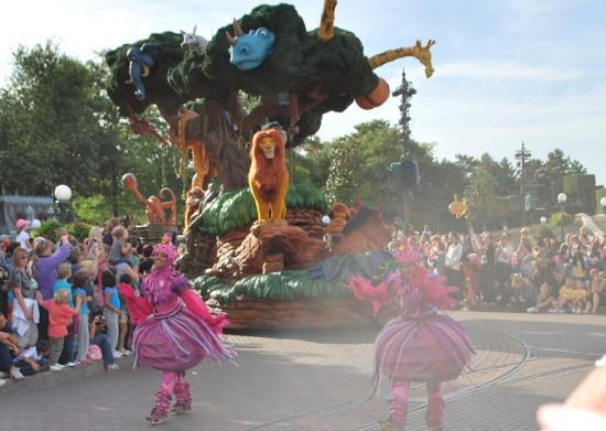 Парад в парижском Диснейленде