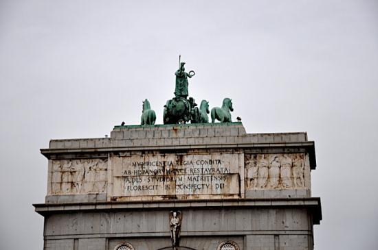 Колесница Минервы на вершине арки Победы в Мадриде