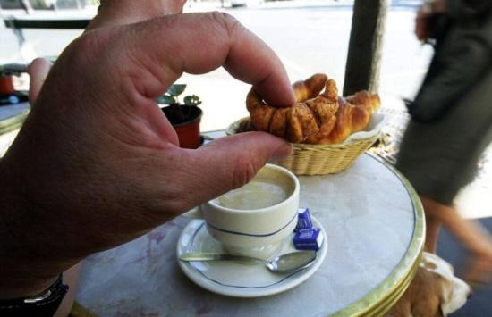 В Париже можно купить даже такие маленькие круассаны
