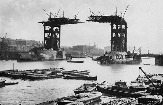 На фотографии изображен один из этапов строительства Тауэрского моста.